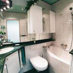WBS-70-Bad mit Eckwaschtisch aus Naturstein, integrierter Waschmaschine und Lackspanndecke
