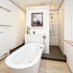Lassen Sie Ihr Badezimmer von Spezialisten sanieren.