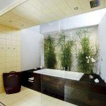 Musterbad Natur: Eine Pflanzenwand haucht dem Bad echtes Leben ein.