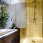 Musterbad Natur: Die frei begehbare Dusche fällt erst auf den zweiten Blick auf.