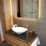 Klein, aber oho: Schickes Aufsatz-Waschbecken und Waschtisch mit jeder Menge Stauraum