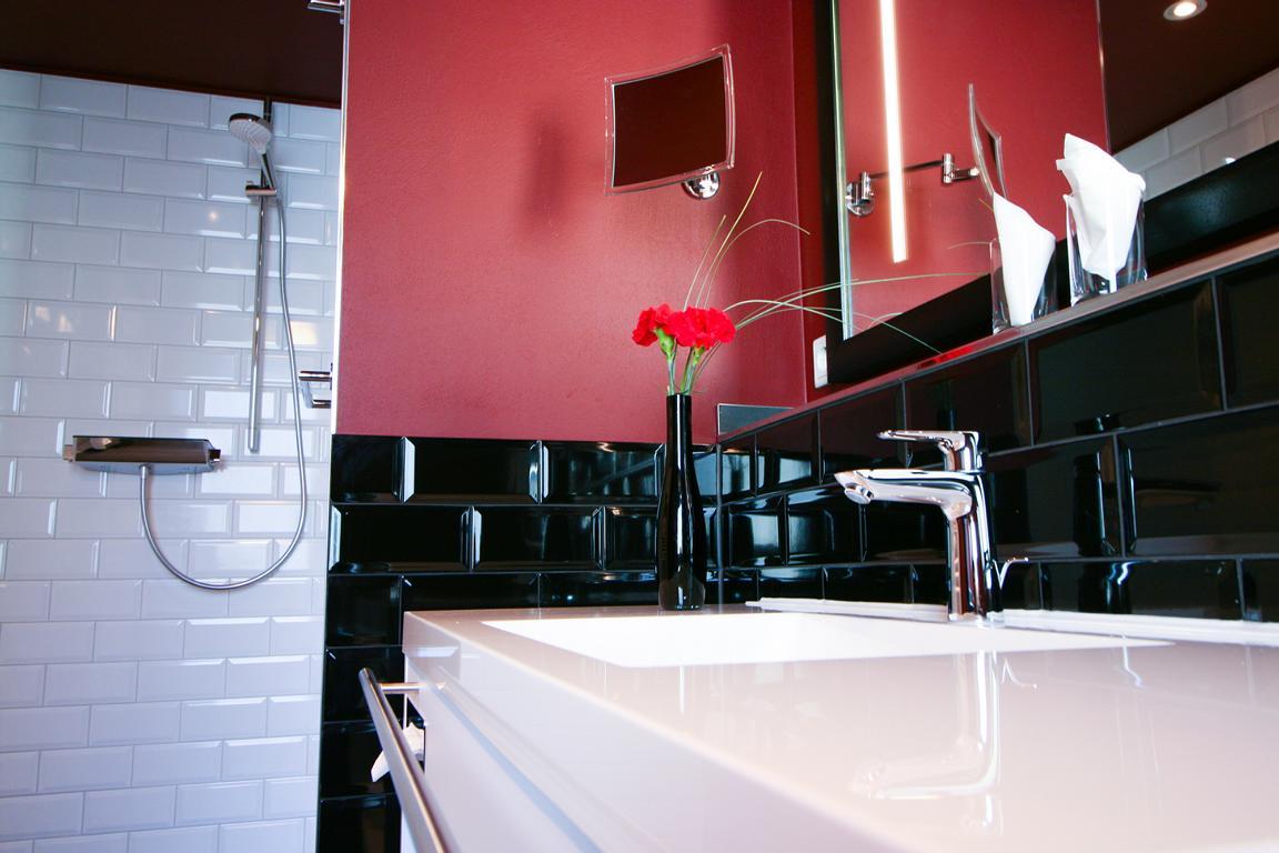 Angelehnt an die Optik des Hauses: Bordeauxrot wurde mit schwarz/weiß-Elementen kombiniert.