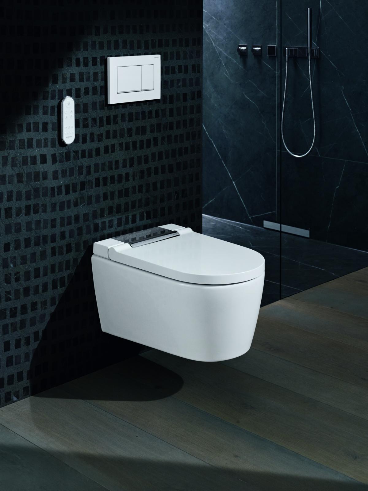 Das WC mit Zwei-Mengen-Spülung hängt an der Wand. Mit der Fernbedienung werden die Dusch-WC-Funktionen gesteuert. (Copyright: Geberit Vertriebs GmbH)