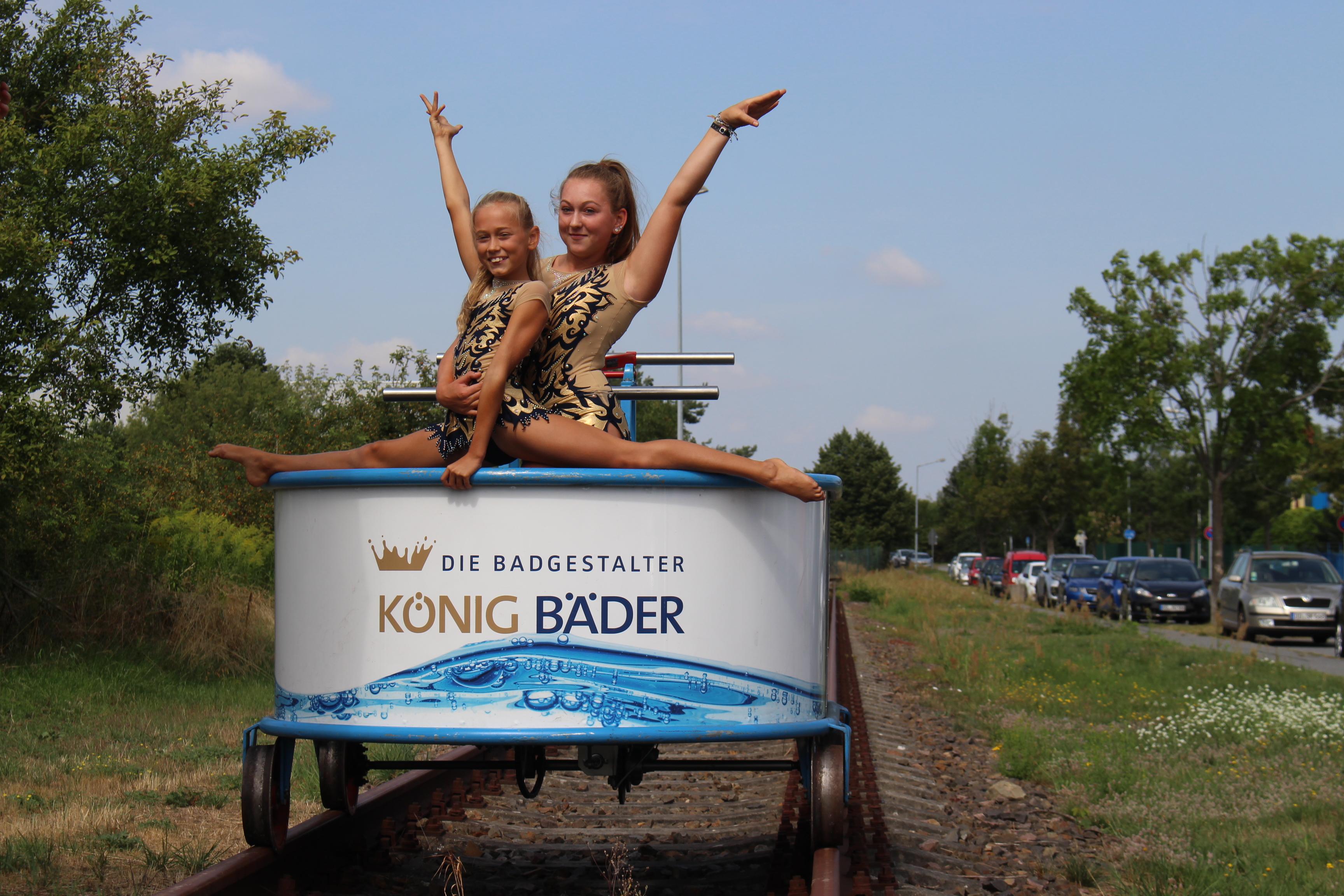 Laura und Lisa vom Akrobatenclub Ottendorf-Okrilla, der zum Draisine-Rennen eine atemberaubende Show präsentiert.