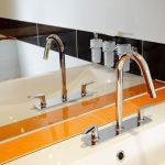 Musterbad Orange: filigrane und zeitlose Armaturen