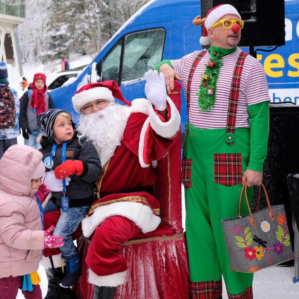Weihnachsfeier im Schnee: Kindern und Jugendlichen aus den Wohngruppen der Kinderarche Sachsen konnte dank Spenden ein unvergessliches Erlebnis geschenkt werden (Foto: Kinderarche Sachsen e.V.).